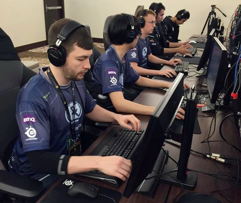 evil geniuses dota 2 setting up during TI5 group stage