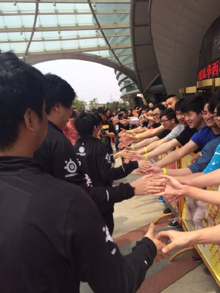 Dota 2 Invictus Gaming fans at MarsTV