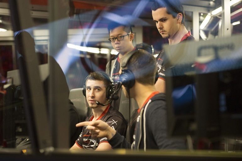 swindlemelonzz consulting with his former compLexity teammates during a TI5 series